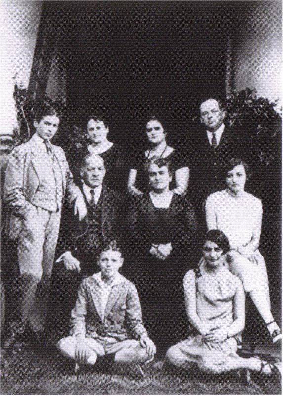 Фрида Кало с семьей